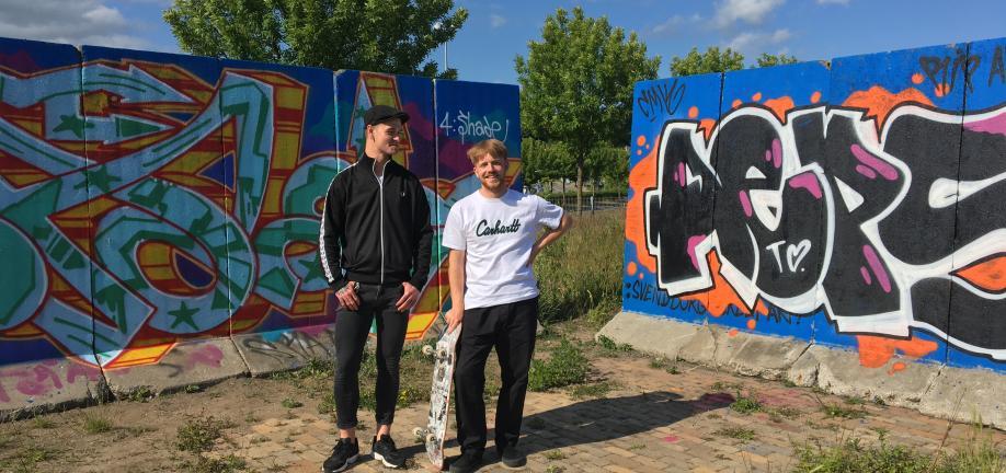 Frederik, Svendborg Streetartforening og Victor fra Svendborg Skateforening foran den nye graffitivæg